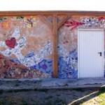 ... bei der u.a. auch ein kreatives Mosaik aus Scherben an der Garagenrückwand entstanden ist