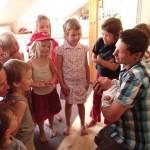 und die kleine Nora wurde von ihren künftigen SpielkameradInnen freudig begrüßt …