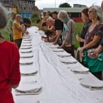 Installation Unbezahlbar: der Tisch als Symbol für Gemeinschaft
