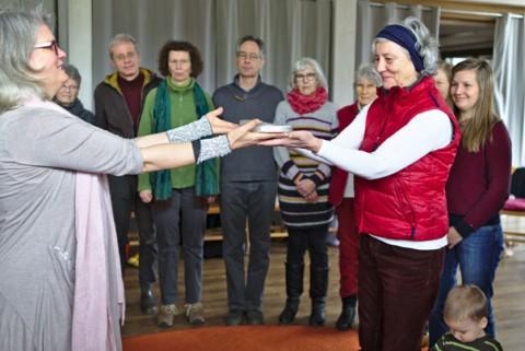 Angelika Grün übergibt für die Genossenschaft den Schlüssel an Eika Bindgen vom Verein