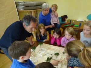 Bernd Pulling, der Architekt, beim Planen mit Kindern der Primaria